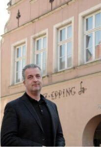 """Foto: Stifter Dirk Zumbansen vor dem """"Haus Epping"""" am Burgsteinfurter Markt."""