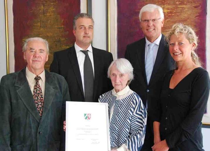 Burg-Steinfurt Stiftung - Bezirksregierung überreicht Urkunde